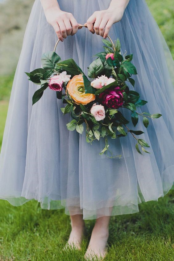Have you seen the hottest floral trends with bridesmaids holding floral hoops instead of boquets