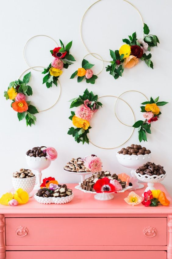 Have you seen the hottest floral trends using hoops mounted on wall behind dessert tables